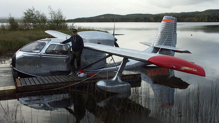 Mats Rönning vid sitt sjöflygplan. Foto: Yngve Munter/privat bild