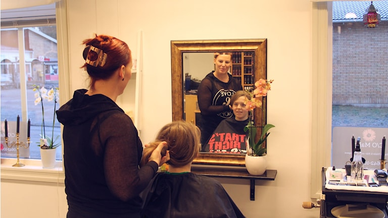 Malin färgar håret på sina kunder med hjälp av naturliga ämnen