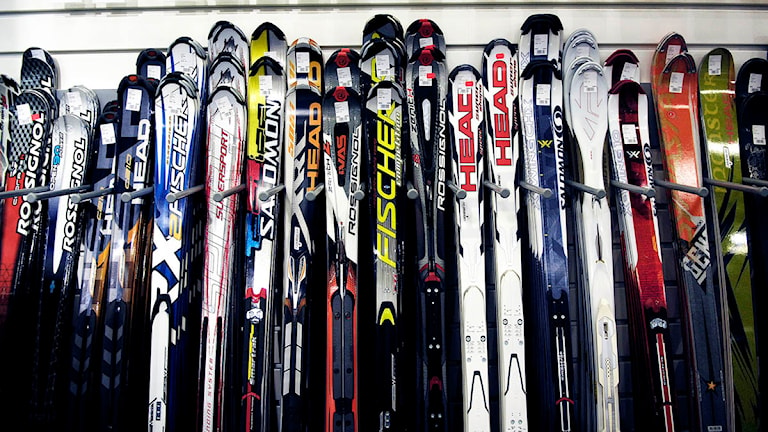 En lång rad med slalomskidor