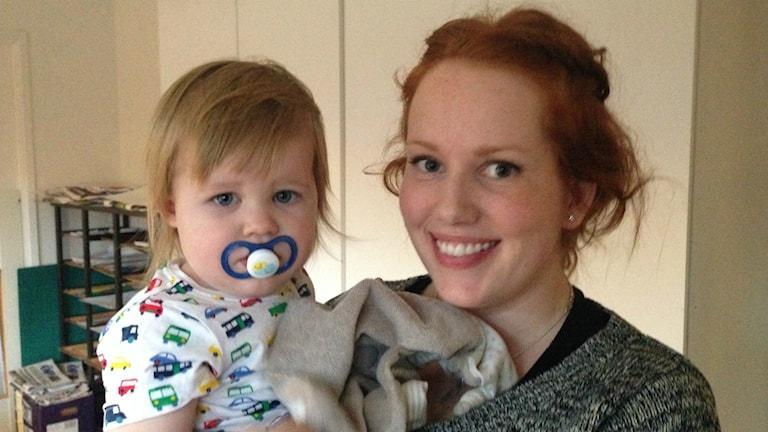 Sara Jonsson från Torvalla har fortfarande inte fått besked från kommunen om hennes dotter Tyra kommer att få börja förskola i januari som de tänkt. Foto: Sara Johansson/ Sveriges Radio