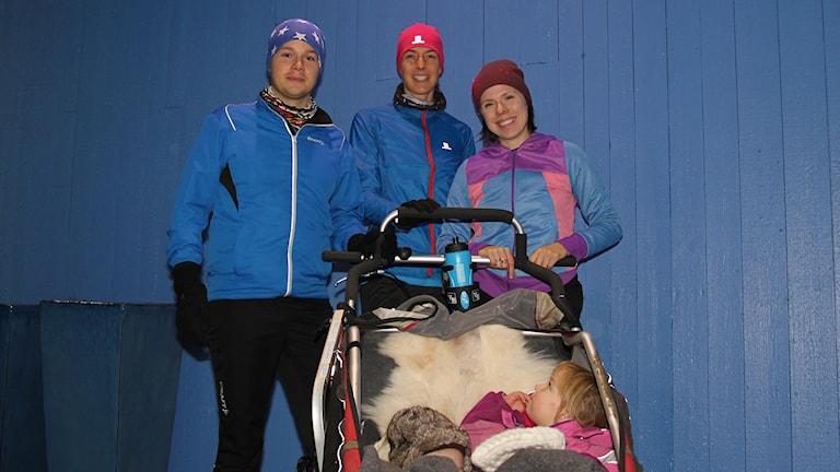 Tobias Granbom och Lovisa Hahn Granbom med Lena Gavelin och barn i barnvagn.