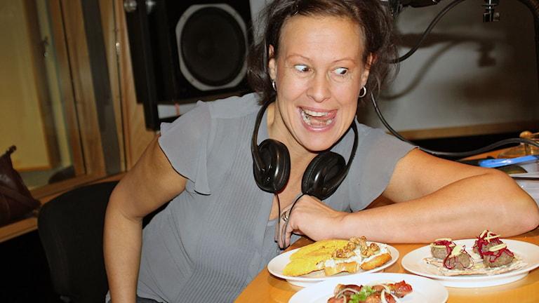 kvinna i radiostudio tittar på köttbullar