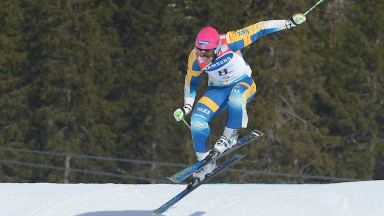 Skicrossåkaren Victor Öhling Norberg i ett hopp i tävlingsbacken i Åre.