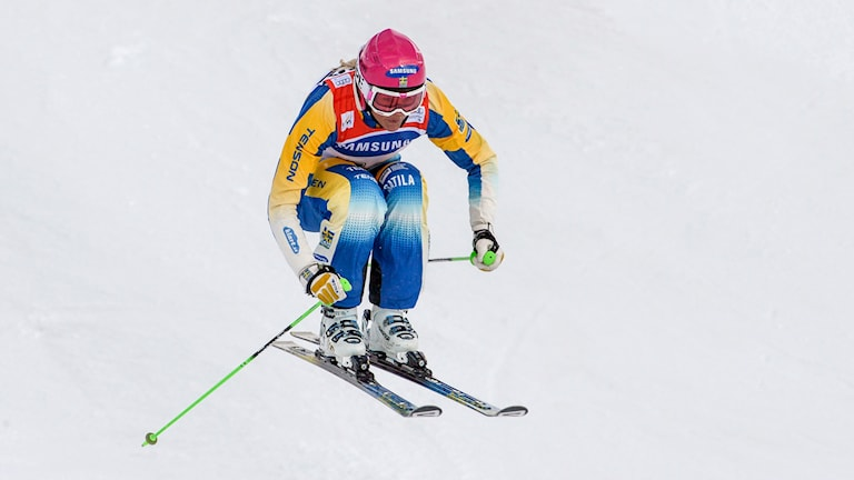 Skicrossåkaren Anna Holmlund i tävlingsbacke i åre.
