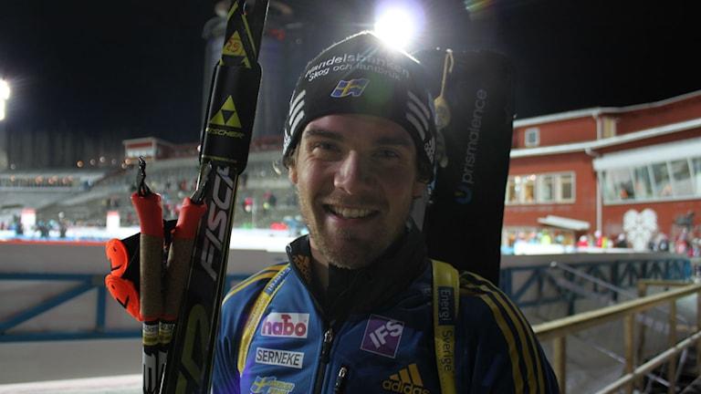 Fredrik Lindström åkte sista sträckan i Sveriges mixstafettlag. Foto: Annelie Lanner/SR.
