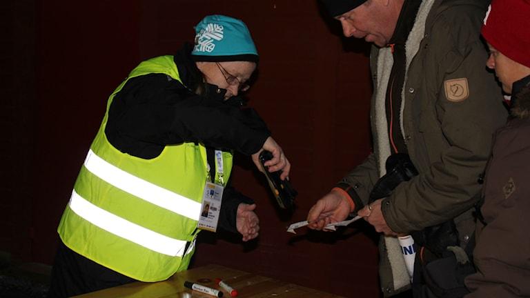 Audfrid Leim Nilsson jobbar som funktionär i biljettinsläppet. Foto: Annelie Lanner/SR.