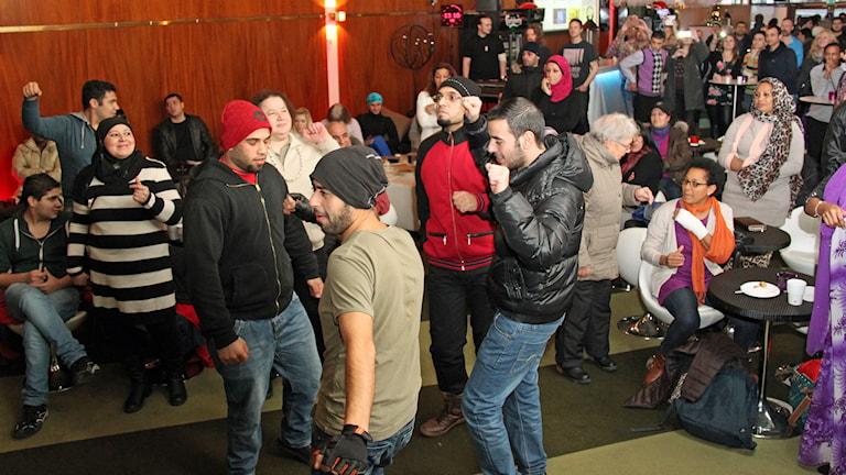 Dans i Storsjöteaterns foaje. Foto: Jan Mårdberg/SR.