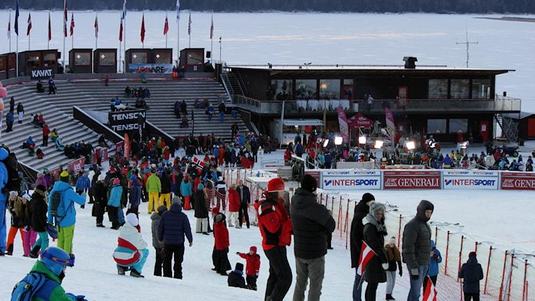Publik vid målområdet i skidbacken i Åre