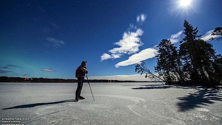 Skridskoåkare på is en klar vinterdag