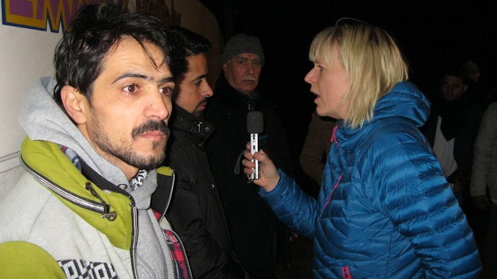 En av de asylsökande intervjuas av Annelie Lanner. Foto: Jens Ganman/SR