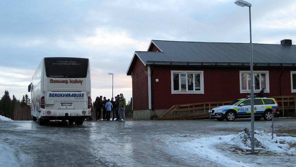 Buss och flyktingar vid Grytans läger, Östersund. 150101. Foto: Annelie Lanner/SR