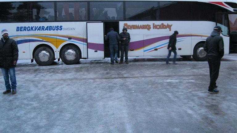 Flyktingar har lämnat bussen.
