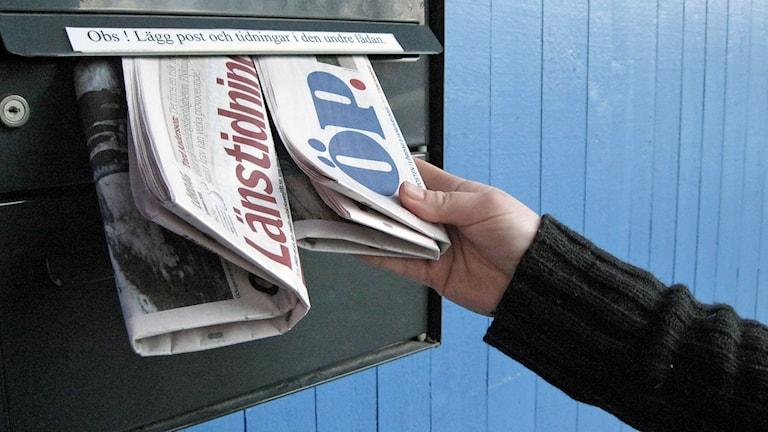 två morgontidningnar i brevlåda