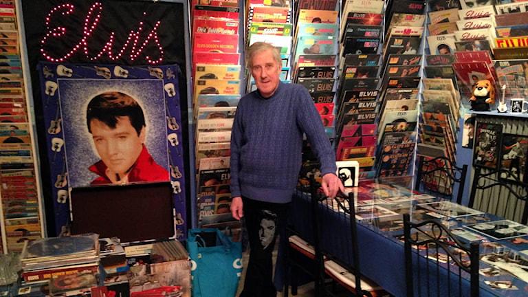 Håkan Göransson i rummet med sin Elvissamling