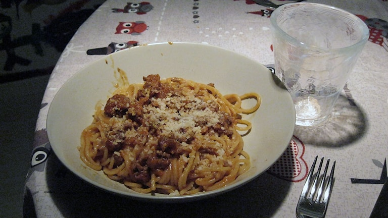 spagetti och köttfärssån i tallrik