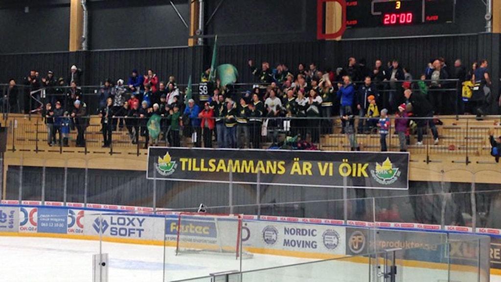 Bild på publik på läktaren när ÖIK spelar match i Östersund Arena.