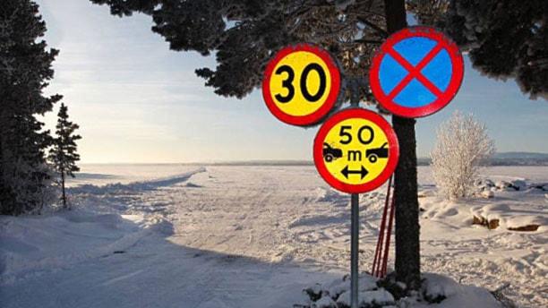 Skyltar före utfart på isväg. Foto: Per Söderberg.