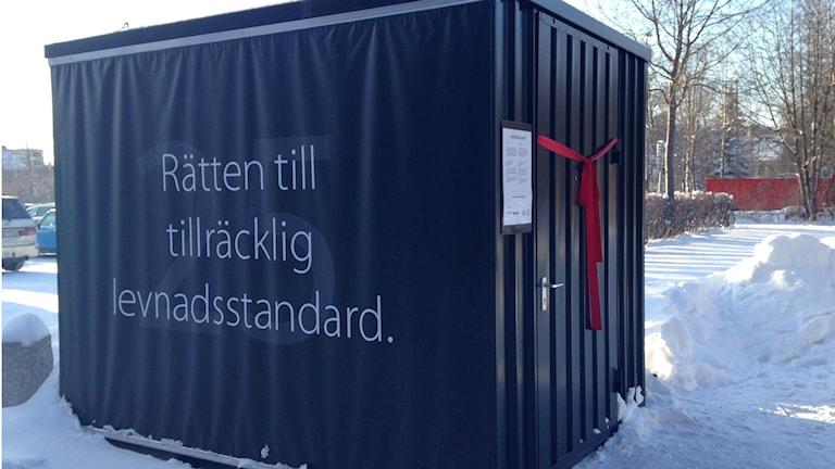 Kuben som placerats utanför Wargentinskolan i Östersund är en del i ett projekt från Raoul Wallenberg Academy och Friends där gymnasieelever får tolka mänskliga rättigheter. Foto: Sara Johansson/Sveriges Radio