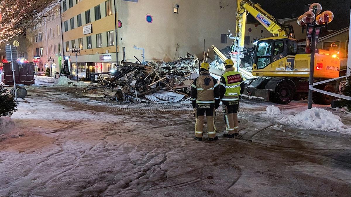 brandplats med brandmän i förgrunden