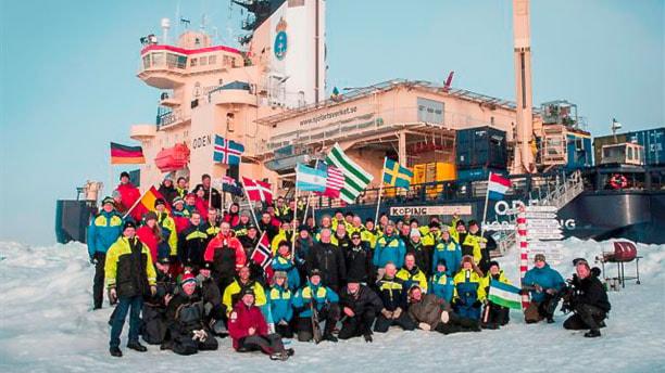 Isbrytaren Oden med besättning i Nordpolen augusti 2012. Anki håller i republiken Jamtlands flagga till höger på fotot.  Foto: Björn Eriksson.