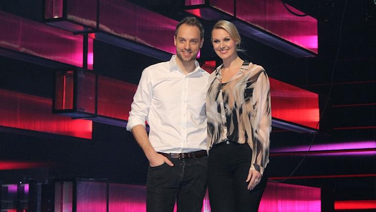 Programledarna Robin Paulsson och Sanna Nielsen. Foto: Marcus Frånberg/Sveriges radio.
