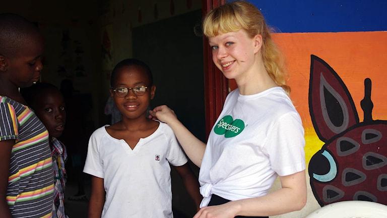 Therese Persson står tillsammans med en glad tjeje som fått ett par glasögon