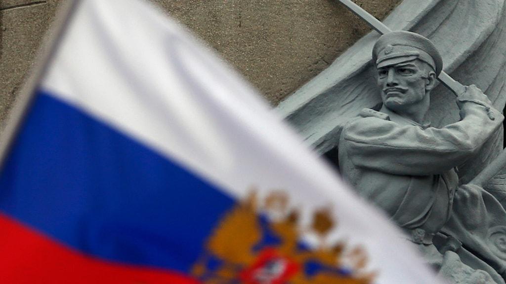 Rysk flagga. AP Photo/Darko Vojinovic