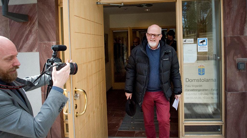 Sture Bergwall, nu en fri man, lämnar domstolen. Foto: Ulf Palm/TT.