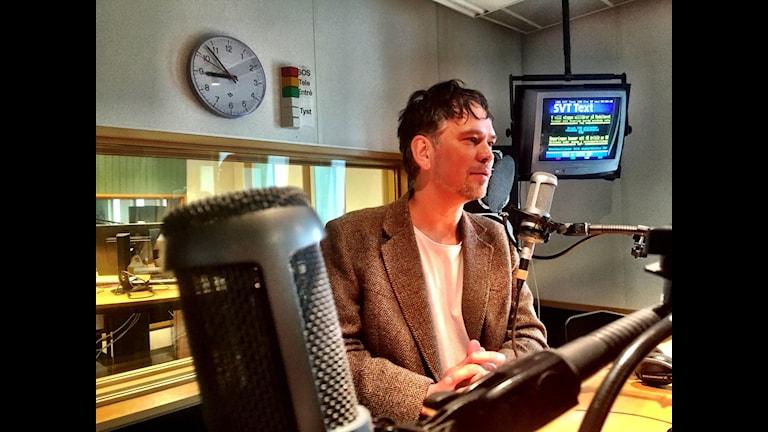 Ruben Heijloo står i en studio på P4 Jämtland.