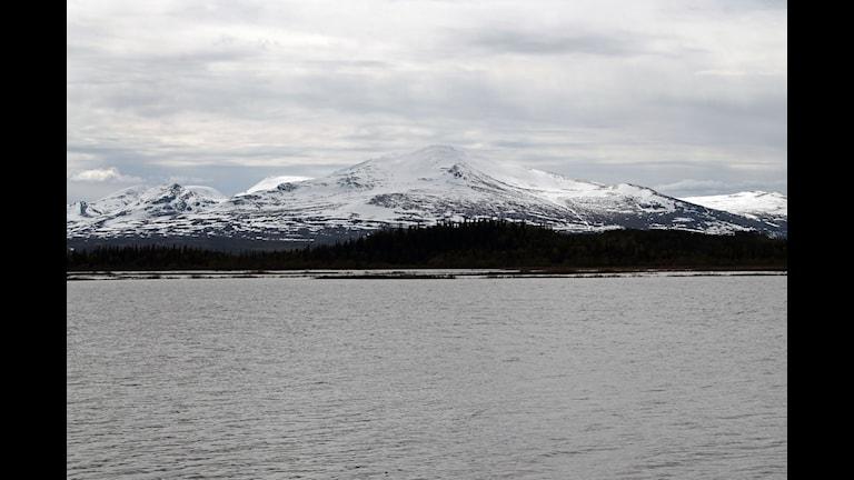 Ånnsjön med Snasahögarna i bakgrunden.Foto:Marcus Frånberg/Sveriges radio