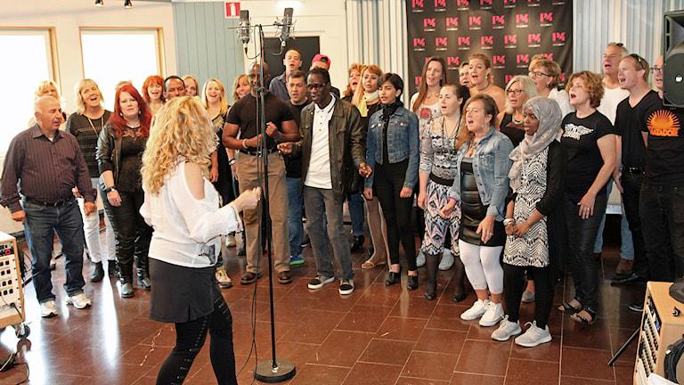Sångkör från Grytan i studion. Foto: Janne Mårdberg/Sveriges Radio.