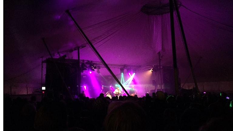 I tältet där jämtlandssånger framfördes av olika, kända, jämtländska artister var det så mycket folk att många fick stå utanför och bara lyssna.150731. Foto: Pernilla Anth Jacobsson/SR