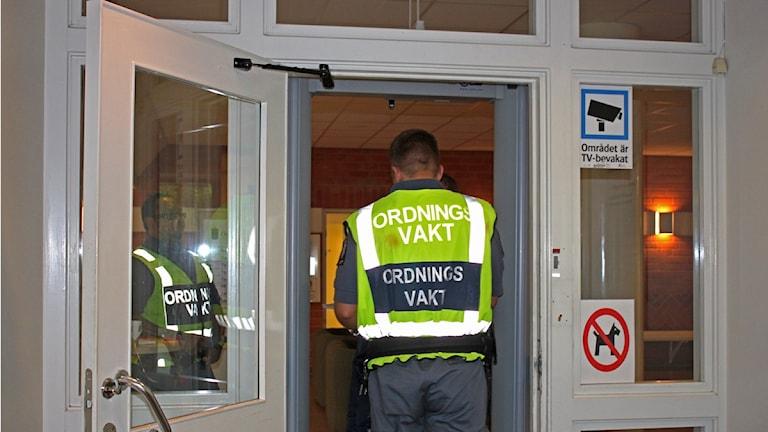 Ordningsvakter vid Östersunds Tingsrätt i samband med häktningsförhandling om mordförsöket på en uzbekisk imam i Strömsund 2012. Foto: Victoria Herkules/Sveriges Radio.