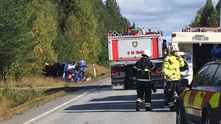 Räddningstjänst vid olycksplatsen mellan Kingsta och Ytterån. Foto: Filip Gustafsson Högman/Sveriges radio.