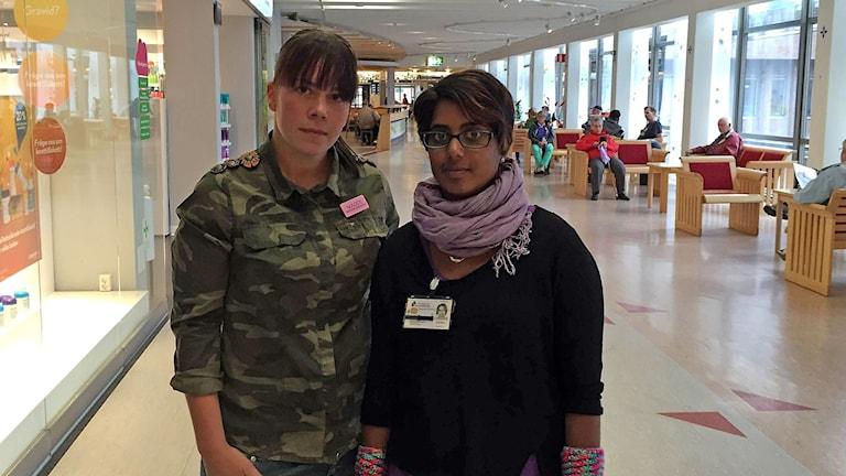 Madelene Nyström och Johanna Rönneland Lindberg är båda medicinska sekreterare på Östersunds sjukhus och tycker det är oacceptabelt med en snabbutbildning på 13 veckor. Foto: Johanna Vackdahl/Sveriges radio.