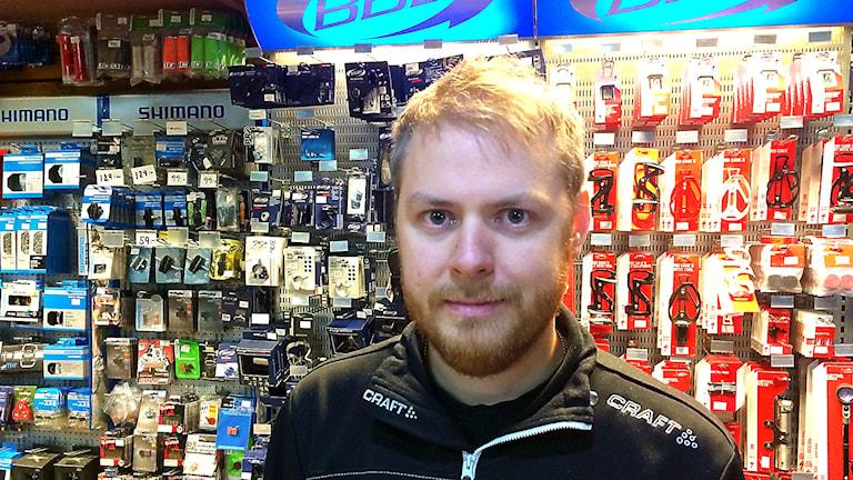 Niklas Sundberg säljer cyklar i Östersund. Han har märkt att cykelförsäljningen gått upp. Foto: Filip Gustafsson Högman/SR