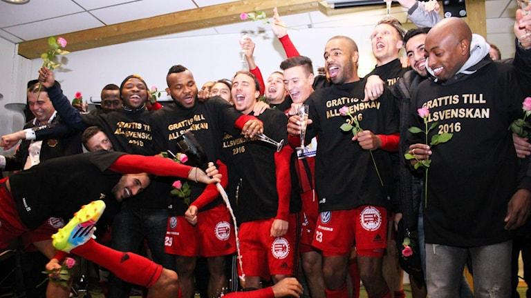 ÖFK firar med champagne och sång