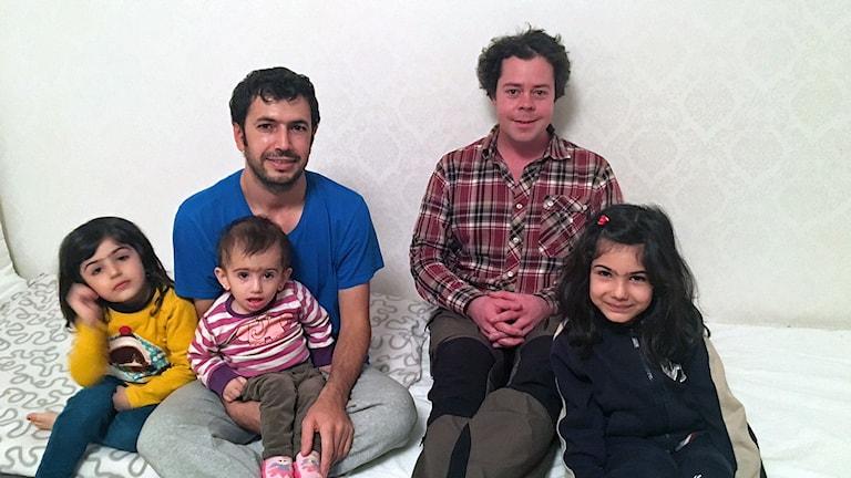 Johannes Collin i Norråker tillsammans med en flyktingfamilj från Syrien Foto: Johannes Collin