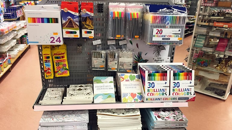Butikshylla med målarböcker och pennor