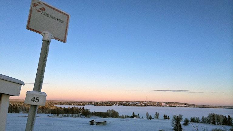 Glesbygd, Vy från Tullingsås i Jämtland med utsikt mot Strömsund, Busshållplats riksväg 45 Foto:Anneli Johansson/Sveriges Radio