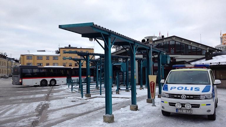 Busstorget i Östersund med buss och polisbil. Foto: Johanna Svensson/Sveriges Radio.