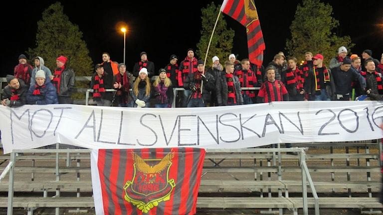 ÖFK hejaklack med allsvenskan-banderoll. Foto: Björn Nordquist/Sveriges Radio.