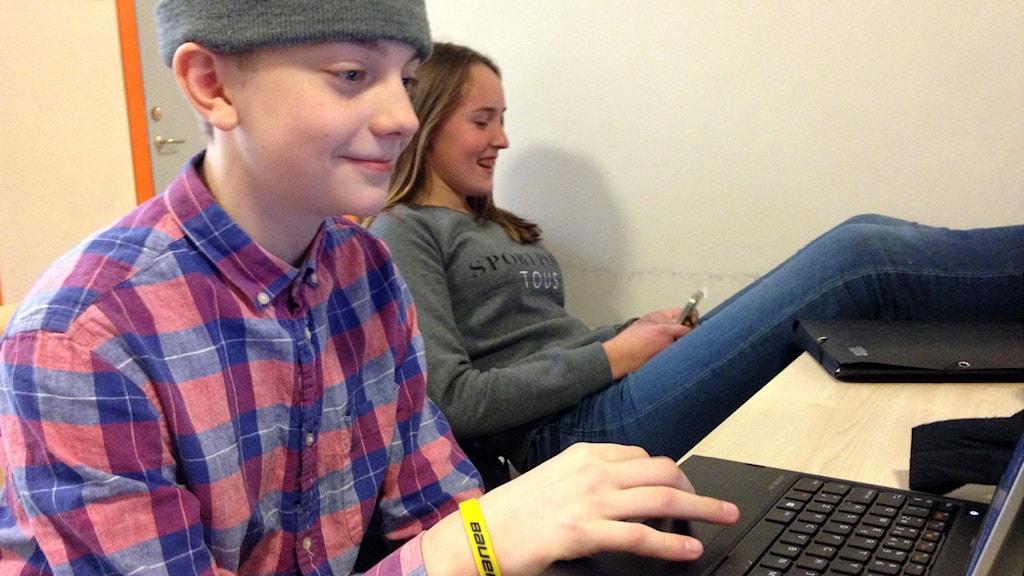Ungdomar sitter vid dator och med mobil.