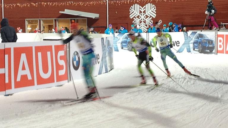 Sverige inledde världscuppremiären i skidskytte i Östersund med en fjärde och femteplats i de mixade staffetterna. Foto: Peter Söderlund/Sveriges Radio.