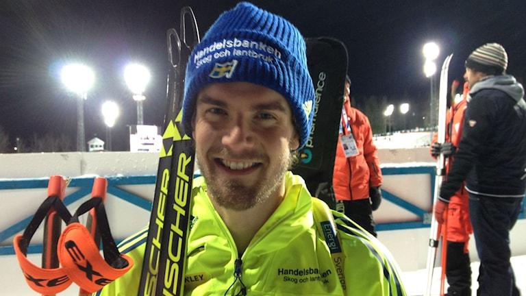 Fredrik Lindström förde Sverige till en femteplats i den mixade staffeten vid världscuppremiären i skidskytte i Östersund. Foto: Peter Söderlund/Sveriges Radio.