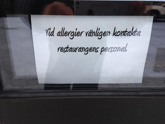 Skylt vid restaurang om allergier.