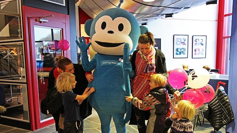 Öppet Hus P4 Jämtland - Barn killar Radioapan. Foto: Lotta Löfgren/Sveriges Radio.
