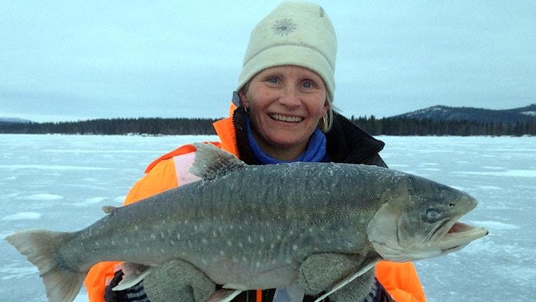 Ragna Asproth från Östersund med rekordrödingen på 8 080 gram som hon fångade på Malgomajsjön i Vilhelmina, 3/1 2016. Sveriges tyngsta pimpelfiskade röding. Foto: Christian Lundberg