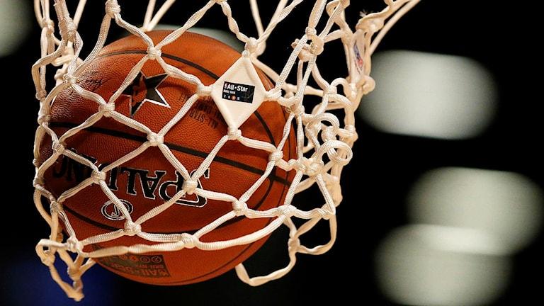 Basketboll i basketkorg