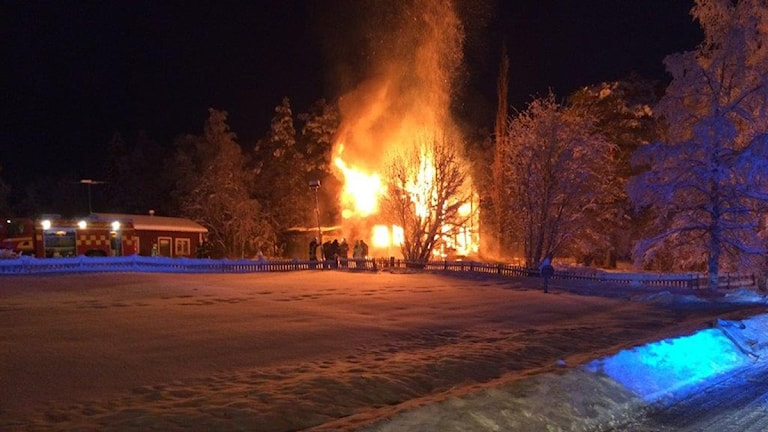 En villa brinner med höga lågor.
